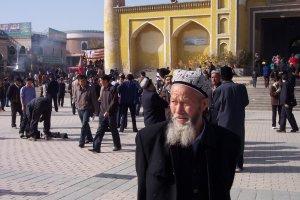 Home davant mesquita d'Id Kah amb uigurs celebrant el Ramadà