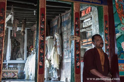 Monjo a l'interio del monestir d'Stakna, Ladakh