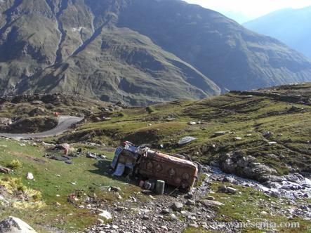 Camió accidentat a la carretera a Leh