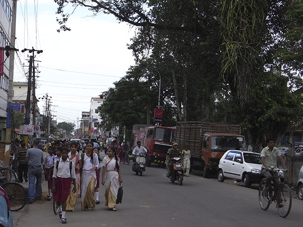 Els carrers de Tezpur estan plens de gent
