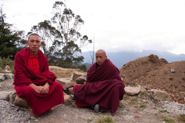 Monjos asseguts a la vora de la muntanya