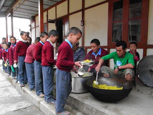 Nens esperant el dinar a l'escola