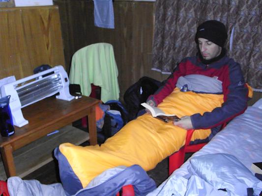 Lluis refugiat del fred dintre del sac de dormir