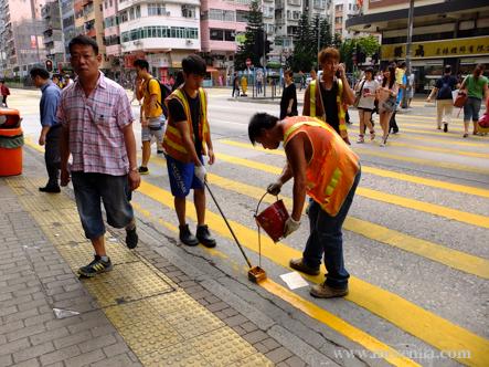 pintant un pas de vianants a Hong Kong